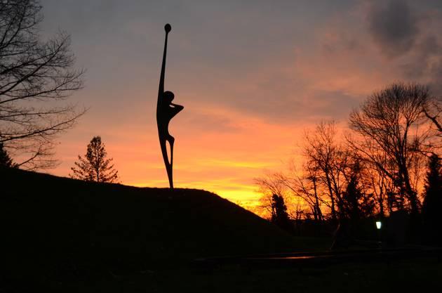 Der Ruf ist mit 5,4 Meter Höhe die grösste Plastik im  Skulpturengarten von Erwin Rehmann