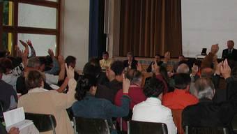 Entscheid liegt bei Versammlung: Ob die Kaiseraugster Gemeinderäte im Falle einer Abwahl abgesichert werden, entscheiden die Stimmbürger am 10 Juni. (Symbolbild/AZ-Archiv)
