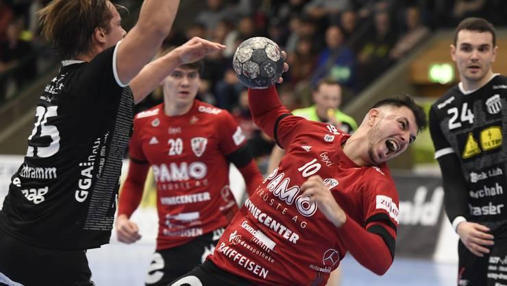Diogo Oliveira und der HSC Suhr Aarau (r.) kassieren gegen Pfadi Winterthur die erste Niederlage im Jahr 2020.