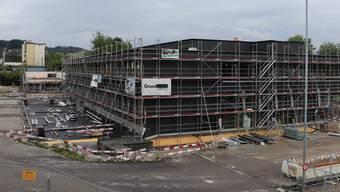 Momentan mit einer schwarzen Fassadenhülle ummantelt: Der Schulhaus-Neubau in Muhen.