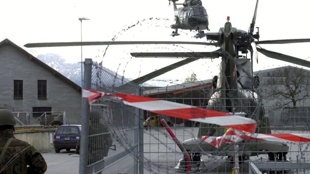 Ein Super Puma fliegt vom Waffenplatz Chur Richtung Davos ans WEF. Der Waffenplatz soll nun rascher als vorgesehen vom Lärm saniert werden (Archivbild).