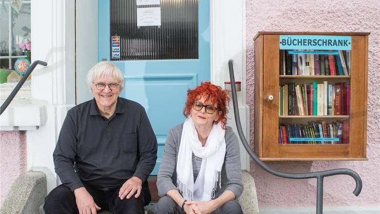Reiner Bernath und Initiantin Heidi Gruber beim «Bücherschränkli».