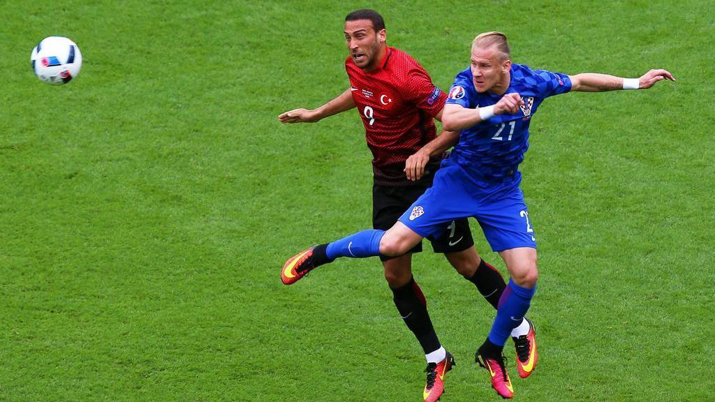 epa05358999 Cenk Tosun (L) of Turkey in action against Domagoj Vida (R) of Croatia during the UEFA EURO 2016 group D preliminary round match between Turkey and Croatia at Parc des Princes in Paris, France, 12 June 2016.....(RESTRICTIONS APPLY: For editorial news reporting purposes only. Not used for commercial or marketing purposes without prior written approval of UEFA. Images must appear as still images and must not emulate match action video footage. Photographs published in online publications (whether via the Internet or otherwise) shall have an interval of at least 20 seconds between the posting.)  EPA/SRDJAN SUKI   EDITORIAL USE ONLY
