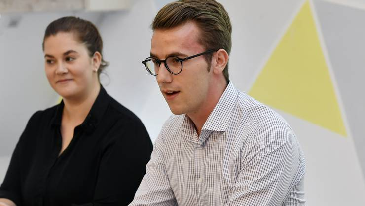 Maja Freiermuth, links, Generalsektretärin und Andri Silberschmidt, rechts, Präsident Jungfreisinnige an einer Vorstellung der Renteninitiative in Zürich.