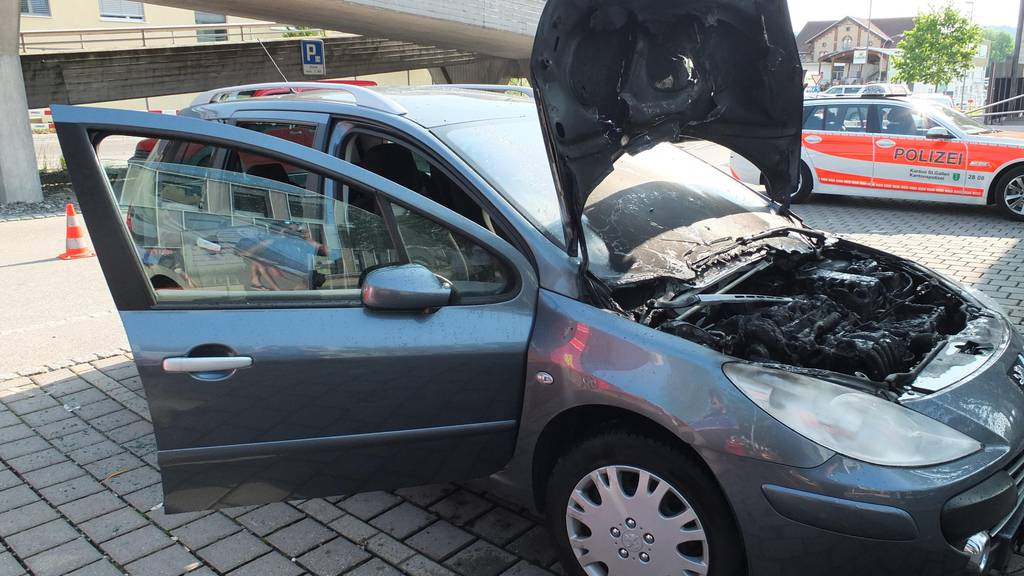 Im Motorenraum des Autos einer 77-Jährigen hat es am Dienstag in Wittenbach gebrannt.
