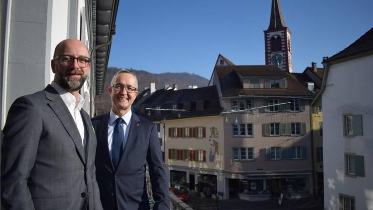Philipp Schoch (links) und Thomas Weber auf der Terrasse des Regierungsgebäudes in Liestal: Ihnen steht der Kampf um systemrelevante Weichenstellungen erst noch bevor.