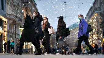 Das Weihnachts-Shopping könnte früher als geplant zu Ende gehen: Ein Deutschschweizer Gesundheitsdirektor geht davon aus, dass der Bundesrat am Freitag die Schliessung von Restaurants und vieler Läden verkündet.