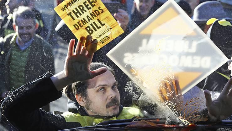Ein als Biene verkleideter Aktivist der Umweltbewegung Extinction Rebellion hat sich bei einer Wahlkampfveranstaltung in London an den Tour-Bus der Liberaldemokraten geklebt.