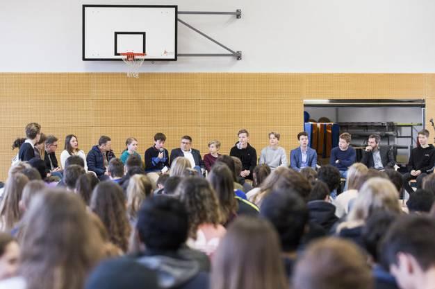 Jugendliche konnten den Politikern Dieter Egli, Daniel Aebi, Adrian Schoop, Jonas Fricker und Markus Schneider Fragen zur Politik stellen.