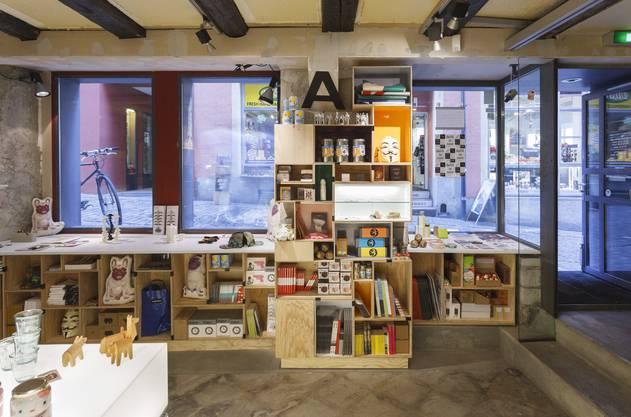 Heute gehört zum Cabaret Voltaire auch ein Shop mit dadistischen Objekten. Foto Martin Stollenwerk