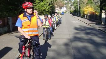 Hanspeter Kumli instruiert eine Schulklasse und sagt, worauf es im Verkehr ankommt.