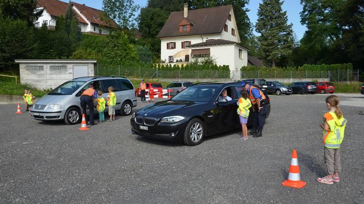 In kleinen Gruppen wurden die Autofahrerinnen und -fahrer informiert.