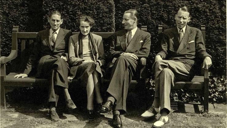 Jenny Brown mit ihren Söhnen John Alfred, Sidney Hamlet und Harry Frank Brown (v.l.) im Park der Villa Langmatt im Jahr 1943.