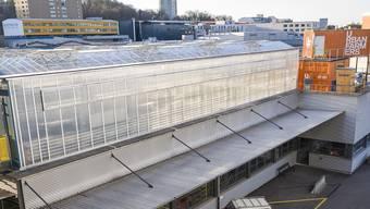 Urban Farmers - Landwirtschaft auf einem Dach im Dreispitz