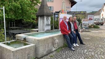 Gemeindeammann Roland Huggler, Gemeinderätin Nadine Widmer und Vizeammann André Kreis (v.r.) beim Kehrbrunnen. Es ist der bekannteste der 22 Brunnen im ganzen Dorf.