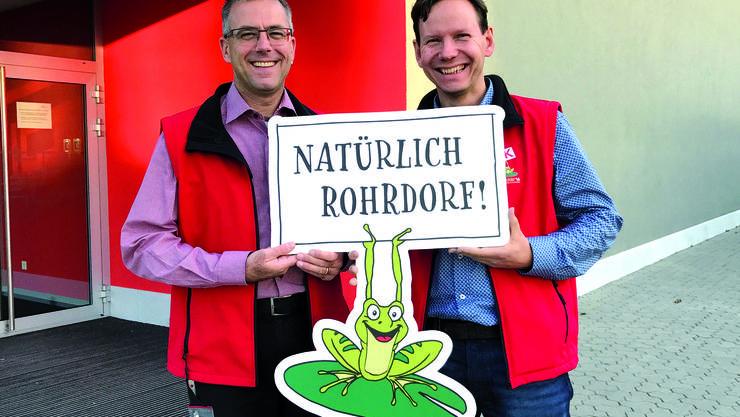 OK-Präsident Paul Wertli (links im Bild) und Gewerbevereins-Präsident Felix Schüpbach freuen sich mit dem Maskottchen der GWERBI'16 über den positiven Rechnungsabschluss und die damit ermöglichte Ausschüttung.