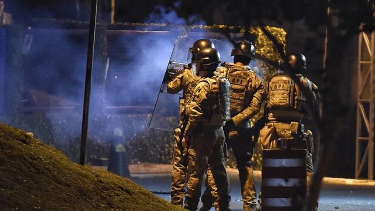 In der südbrasilianischen Stadt Curitiba kam es vor dem Gefängnis bei Lulas Ankunft zu Zusammenstössen zwischen Gegnern des Ex-Staatschefs und der Polizei.