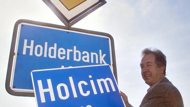 Simon Läuchli, Ammann von Holderbank, tauscht am Samstag 31. März 2001, die bisherige Ortstafel mit der Aufschrift «Holderbank» mit dem neuen Namen «Holcim» aus. Anlass dafür ist der Zementkonzern Holderbank, der seinen Namenswechsel bekanntgegeben hat.