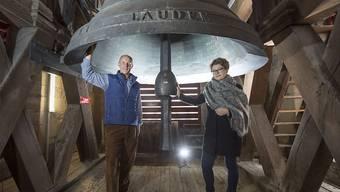 Karl Schimke und Natalija Marchenkova Frei unter der riesigen Glocke der St. Galler Klosterkirche.