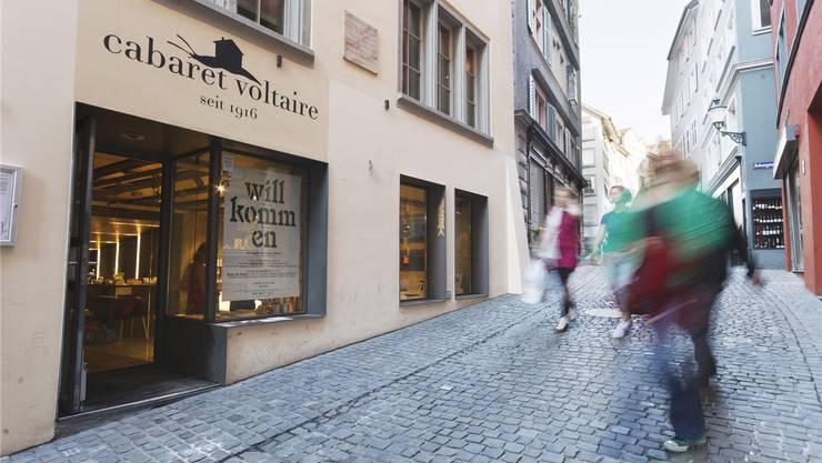 Cabaret Voltaire: In der Künstlerkneipe in der Zürcher Altstadt trafen sich ab dem 5. Februar 1916 vor dem 1. Weltkrieg geflohene Künstler und gründeten die Dada-Bewegung. Der Dadaismus hatte in der Folge weltweit Ableger und beeinflusste die Entwicklung der modernen Kunst im 20. Jahrhundert mannigfaltig – mit Nachwirkungen in der bildenden Kunst, Literatur und Musik. 2004 wurde das Cabaret Voltaire neu eröffnet, um sich diesem kulturellen Erbe zu widmen.martin stollenwerk/zvg