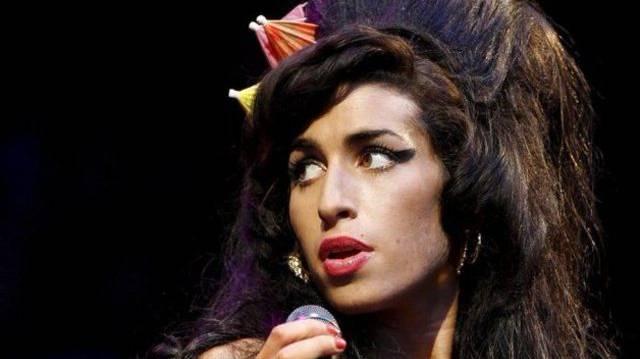 """Die britische Sängerin (""""Back To Black"""") stirbt 2011 an einer Alkoholvergiftung in London."""