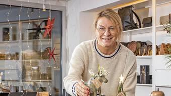 Karin Schmidt in ihrem neuen Geschäft zusammen mit ihrem momentanen Lieblingsprodukt, einem handgemachten Elch.