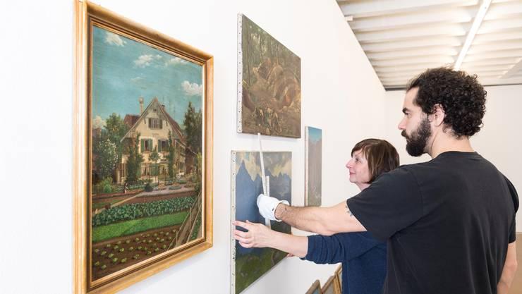 Was ist gute Kunst? Claudia Spinelli und Gianluca Trifilo arrangieren «Buechis» Werke im Kunstraum.