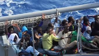 Küstenwache begleitet Bootsflüchtlinge an Land (Archiv)