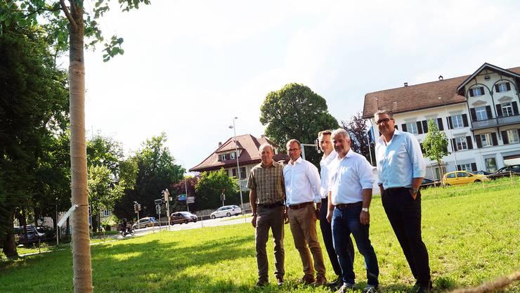 Ein Geschenk an die Stadt Solothurn. Jardin-Suisse-Vorstandsmitglieder mit frisch gepflanzter Winterlinde beim Kunstmuseum (v.l.): Toni Fleischli (Wangen b. Olten), Ralph Belke (Lostorf), Urban Rennhard (Küttigkofen), Toni Sonderegger (Präsident, Langendorf) und Peter Emch (Deitingen).