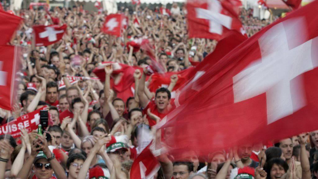 Bundespräsident Alain Berset und Bundesrat Guy Parmelin werden in Russland an zwei Gruppenspielen der Schweiz mit den Fans mitfiebern. Unklar ist, ob auch Bundesrat Maurer nach Russland reisen wird. (Archiv)