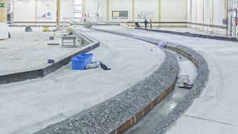 """In dieser Halle in Dornbirn (Vorarlberg) lässt die Internationale Rheinregulierung zwei Abschnitte des Rheins im Massstab 1:50 aufbauen. Am Modell wird das geplante Hochwasserschutz-Projekt """"Rhesi"""" überprüft."""