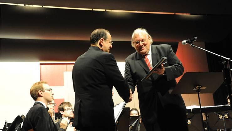 Urs Heri (links) erhält den Preis aus den Händen von Stiftungsratspräsident Valentin Bischof (St.Gallen).