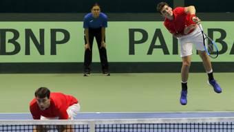 Marc-Andrea Hüsler (hinten beim Aufschlag) schnupperte bislang erst im Davis Cup Luft auf oberster Stufe