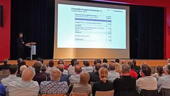 Mitglieder von Gemeindebehörden lassen sich im Oensinger Bienkensaaal über die Steuervorlage informieren.
