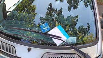 Busszettel fürs Falschparkieren: Die Parkscheibe entspricht von der Grösse her nicht den Vorgaben des Bundesamtes für Strassen (Astra).