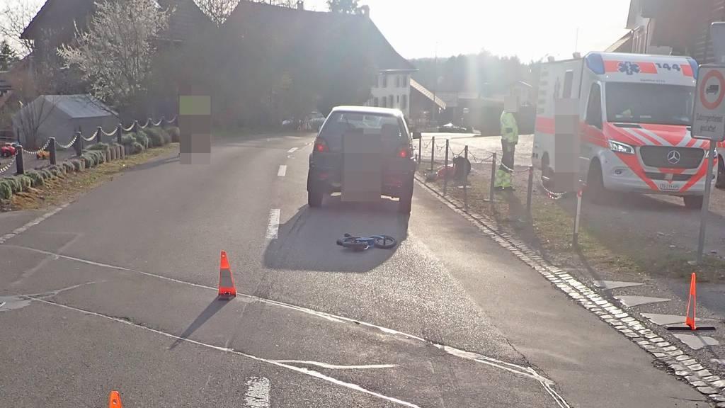 Zweijährige kommt unter Auto – schwer verletzt