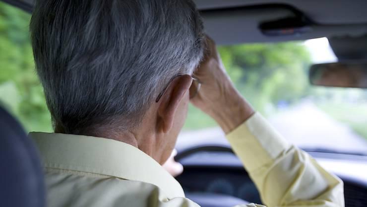 Das Kämmen der Haare während einer Autofahrt kann sehr teuer werden. (Symbolbild)