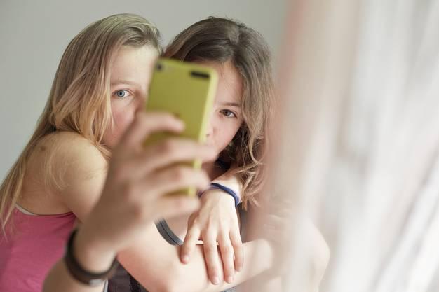 Ein Selfie machen, um einen schönen Moment festzuhalten: Hier wird das Smartphone sinnvoll eingesetzt.