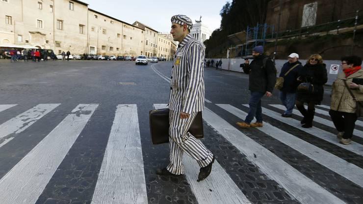 Ein Schauspieler trägt die gestreifte Uniform der Häftlinge der nationalsozialistischen Konzentrationslager.