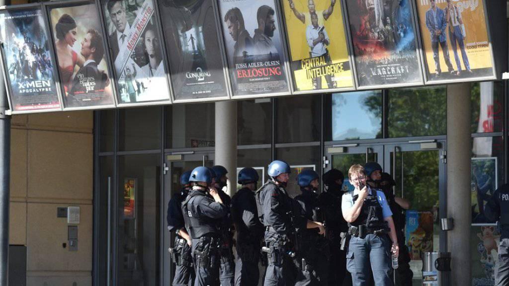 Schwerbewaffnete Polizisten waren vor Ort.