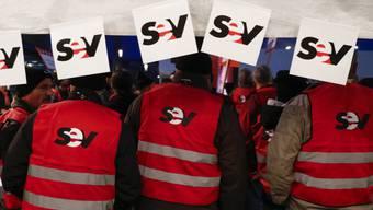 Gewerkschaftlich organisierte SBB-Mitarbeiter protestieren in Bern-Wankdorf gegen die Sparpläne ihrer Arbeitgeberin.