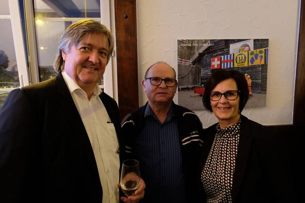 """""""Linde""""-Eigentümer René Sommer, Männerriege-Präsident Hansueli Leemann und """"Linde""""-Wirtin Maya Grossmann."""