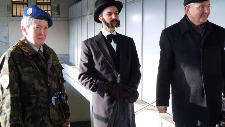 Henry Dunant (ein Schauspieler des Playback-Theaters, Mitte) trifft im Bahnhof Brugg ein. Begleitet wird er von Brigitte Rindlisbacher (Chefin Rotkreuz-Dienst) und René Hänggi (Leiter des Vindonissa-Museums). EF.