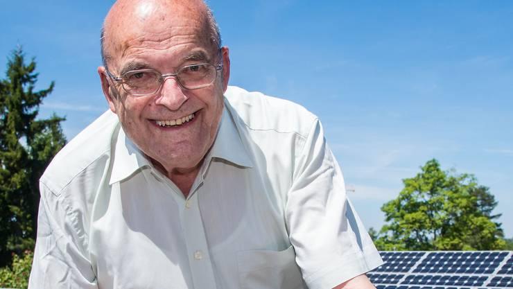 Anton Haller inmitten seiner Solaranlage.