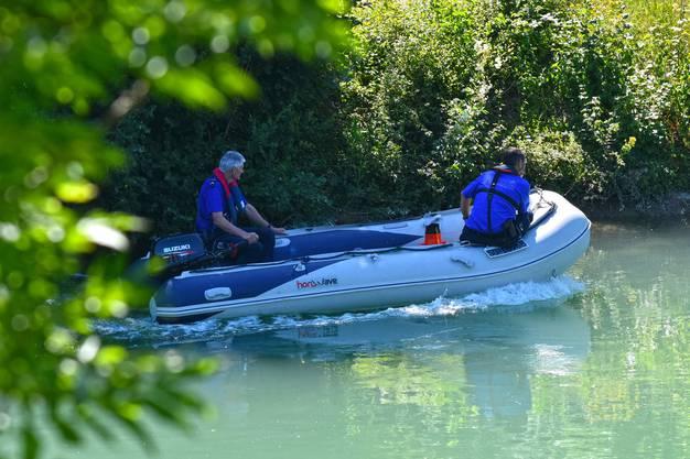 Die Polizei suchte zwischen der Oltner Bahnhofsbrücke und dem Wasserkraftwerk in Niedergösgen mit dem Schlauchboot Ufer und Wasser nach dem Mann mit der grünen Badehose ab.