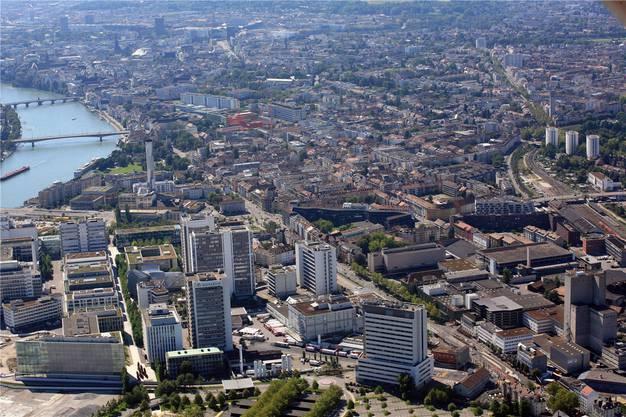 Dieser Blick nach Süden zeigt in der Bildmitte den Novartis-Campus. Das Gebäude mitte-rechts mit den diversen Lastwagen ist der Bell-Haupsitz. Weiter rechts das Lysbüchel-Areal. Oben rechts der Bahnhof St. Johann.
