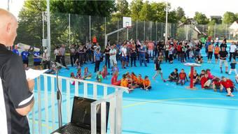 Die Bevölkerung lauscht den Worten von Gemeindeammann Ueli Schenk an der Eröffnung der neuen Pausen- und Sportplätze in Zeihen. – Foto: chr