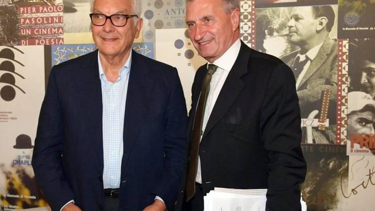 EU-Kommissar Günther Oettinger (r) und Paolo Baratta, Präsident der Biennale Venedig, treffen sich am 4. September am 73. Filmfestival Venedig