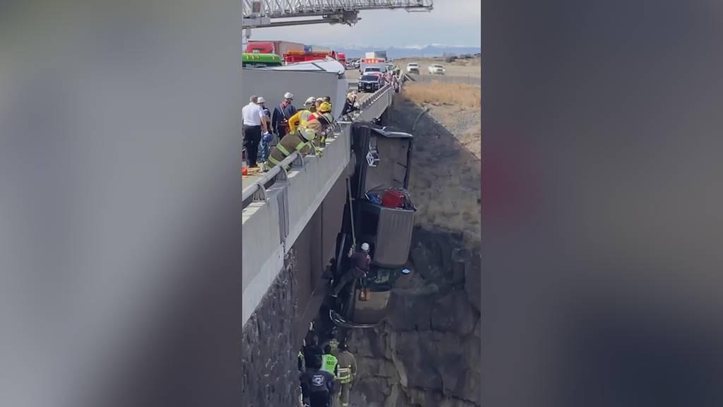 Idaho (USA): Zwei Personen und zwei Hunde hängen mit Truck von einer Brücke