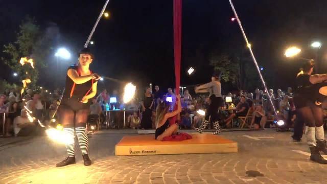 Feuerkunst und Tuchakrobatik – ein mitreissender Showact vor dem Badener Bezirksgebäude